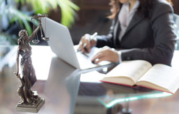 Erhvervsadvokat kvinde arbejder